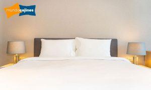 Almohadas blancas sobre cama de matrimonio